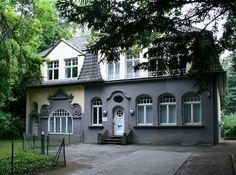 """Außenansicht der Villa, die circa 1870 erbaut wurde. In diesem denkmalgeschützten Gebäude in Bad Godesberg befindet sich die Privatpraxis im Park. In ihr befanden sich in den letzten Jahren die Büros der """"Deutsche Stiftung Denkmalschutz"""". Aufnahme von Rainer Henkel."""
