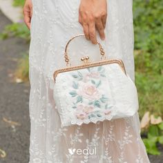 Chinese style White Square Clutch Bags 2020 Metal Appliques Lace Embroidered Flower Embroidered Flowers, Floral Embroidery, Style Chinois, Casual Trends, Frame Bag, Types Of Bag, Japan Fashion, Chinese Style, Cross Body Handbags
