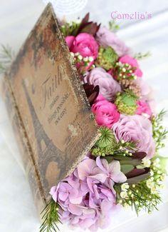 Puede ser con una Biblia de madera llena de flores y joyas dentro. Centro de mesa para un estudio bíblico