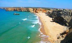 Praia do Tonel, uma típica praia portuguesa no Algarve, Portugal. Praias desertas e penhascos rochosos que se elevam acima de um mar azul. Algarve é sedutora. Esta região de Portugal tem cerca de 200 kms de idílicas praias, as mais turísticas de todas as províncias portuguesas.  Fotografia: http://www.naturalezayviajes.com