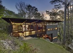Island House is a prefabricated modular house located on Scotland Island, north of Sydney, Australia. Island House project was designed by Sacha Zehnder and Jaya Param (Walknorth Architects) Villa, Residential Architecture, Architecture Design, Bungalow, Houses On Slopes, Pole House, Hillside House, Timber House, Roof Design
