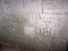 Graffitis dans la tour de la Madeleine à Verneuil sur Avre. - 3) DU HAUT DE LA TOUR DE LA MADELEINE: Tout l'intérêt de cette salle, haute de plafond, repose sur ses murs. On y découvre des écritures ou tracés qui comportent des dates, des noms. Ces derniers nous parviennent du passé. Le guide nous explique que ces inscriptions sont issues de traditions populaires. Ce sont des expressions votives de nos ancêtres. Ici, le voeu du Sieur Bignon gravé en 1789; là, la prière de Louis Petit en…