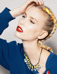 Une tresse africaine colorée , Donnez du pep à votre coiffure en entremêlant un petit ruban coloré dans les brins de votre tresse.