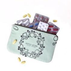 Se anche voi come me ogni vota che partite per un viaggio un weekend fuori oppure semplicemente uscite di casa avete il bisogno di portarvi aspirine antibiotico antidolorifico antinfiammatorio paracetamolo etc... Una mini farmacia insomma! Eccola! La Pills Clutch!!! Yeeeeeh mi sono divertita tantissimo a creare questi timbri e stampare vari tipi di pillole  l'adoro!!! spero piaccia anche a voi. ---------------------------------- Si también como yo cada vez que va en un viaje un fin de semana…