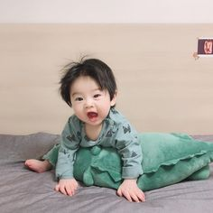 la imagen puede contener 1 persona - The world's most private search engine Cute Baby Boy, Cute Little Baby, Little Babies, Cute Kids, Baby Kids, Cute Asian Babies, Korean Babies, Asian Kids, Cute Chinese Baby