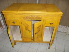 antiguo mueble patinado en un tono ocre