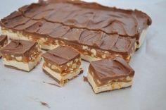 А Вам хотелось когда-нибудь съесть много-много Сникерсов? Мне — так уж точно — да! И видимо ни одной мне, так как на страницах интернет нашла рецепт настоящего торта «Сникерс». С рецептом, возможно нужно будет повозиться, но оно того стоит. Ингредиенты: Для первого слоя: Молочный шоколад — 200 г. Конфеты-ириски — 50 г. Масло сливочное —