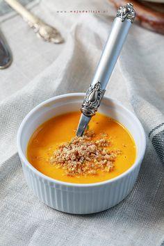 Przepyszna zupa z dyni podawana z pieczoną papryką, prażonymi pestkami dyni i kruszonką z orzechów laskowych. Sycąca i rozgrzewająca zupa dyniowa. #food #foodporn #photography #pumpkinsoup #pumkin #soup #winter #hestonblumenthal