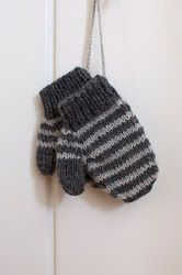 And childrens mittens with the left over yarn. Crochet Cardigan, Knit Crochet, Knitted Baby, Knit Mittens, Baby Knitting Patterns, Little People, Knitting Projects, Knitting Ideas, Pullover