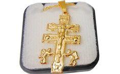 Pingente Crucifixo caravaca e corrente de 45cm.    A Cruz de Caravaca, também conhecida como Cruz de Lorena e Cruz de Borgonha, é uma relíquia cristã de origem espanhola.  Segundo a tradição, apareceu por milagre na cidade de Caravaca de la Cruz, Espanha, em 3 de Maio de 1232, e, por conter fragmentos do lenho da cruz de Cristo, eram-lhe atribuidos muitos milagres.  Em 1934, a cruz medieval desapareceu misteriosamente, sendo mais tarde restaurada por doação pelo Papa Pio XII de dois ...