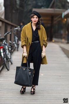 Un manteau mou, camel ou moutarde qui réveille un total look noir. J'aime bien les accessoires aussi.