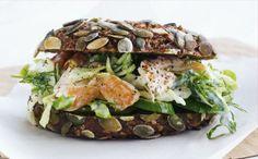 Rugbrødssandwich med varmrøget laks og spidskålsalat