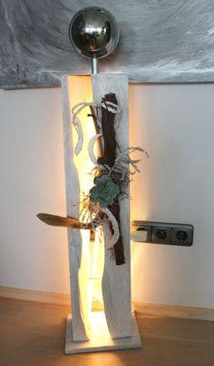 GS40 – Große Dekosäule aus neuem Holz für Innen und Aussen! Gespaltene Säule, weiß gebeizt und natürlich dekoriert mit einer großen und kleinen Edelstahlkugel, künstlichen Sukkulente und Weinrebenast! Preis 99,90€ – Mit LED Stab 109,90€