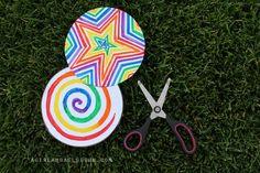 Si vous cherchez une idée simple à réaliser pour amuser vos enfants, cette toupie pourrait vous plaire. Elle est colorée et sympa à réaliser, les plus artistes des enfants vont adorer les décorer et ensuite les faire tourner. Ce qu'il faut : Carton Feuilles blanches Ficelle Ciseaux Colle Feutres Les étapes : 1) Tracez deux … More