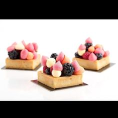 My favorite tart so simple and so tasty! Lime tart berries foam citrus meringue berries photo by @corinalanda #TagsForLikes #Bachour #bachourchocolate #bachourchocolatebook #bachoursimplybeautiful #chocolate #theartofplating #chefstalk #chefsofinstagram #gastroart #antoniobachour #bachour1234 by bachour1234