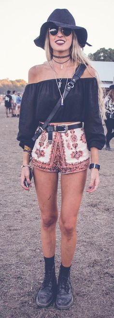 Boho print shorts + black off soulder top - coachella style festival fashio Music Festival Outfits, Music Festival Fashion, Coachella Festival, Festival Wear, Coachella Style, Fashion Music, Summer Festival Outfits, Coachella Outfit Boho, Coachella Fashion Outfits