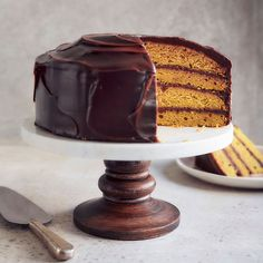 The flavours of fall are all up in this gorgeous cake recipe! Butternut squash blends together with cozy spices, and the whole is topped with a decadent dark chocolate ganache. Best Ever Chocolate Cake, Chocolate Caramel Cake, Squash Cakes, Lemon Chiffon Cake, Cake Preparation, Ricardo Recipe, Caramel Buttercream, Gorgeous Cakes, Food Processor Recipes
