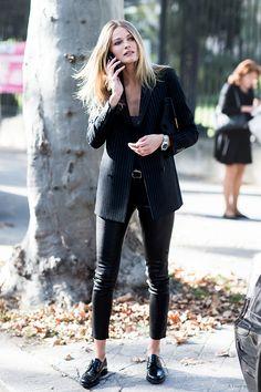 Invista em uma calça resinada para arrasar no street style