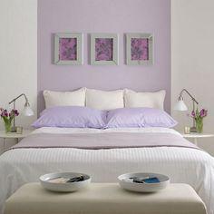 chambre à coucher blanche avec taies d'oreillers couleur lilas