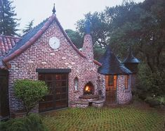 Architect-builder Carr Jones designed this Oakland, California fairy tale home. Image source: http://i163.photobucket.com/albums/t307/xmojorisinx/IMG_5261.jpg