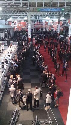 La gente tiene mucho tiempo libre B-)  Cola para escuchar a Zuckerberg en el Mobile World Congress de Barcelona