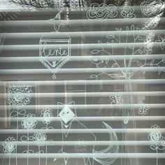 interieurblog   mooie ramen met krijtstiften - interieurblog Chalkboard Markers, Chalkboard Art, Christmas Countdown, Clothes Hanger, Ramen, Chalk Board, Witch, Window, Journal