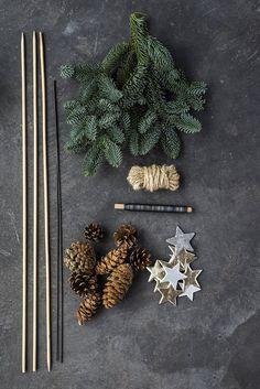 annette von einem jul dekoration til døren det skal du bruge Bohemian Christmas, Christmas Mood, Holiday Tree, Rustic Christmas, Decor Crafts, Christmas Crafts, Diy Crafts, Christmas Ornaments, Wooden Christmas Decorations
