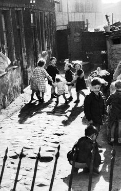 m3zzaluna:  children dancing in an alley of aubervilliers, 1950 (la ronde dans une ruelle d'aubervilliers, 1950).    Photo by willy ronis