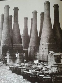 Bottle kilns Industrial Architecture, Vernacular Architecture, Historical Architecture, Architecture Art, Architecture Presentation Board, Old Photography, Ceramic Techniques, Stoke On Trent, Matte Painting