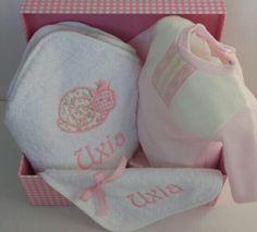 Canastilla para Uxia con una  capa de baño de caracol y pijama y babero #canastillasbebe #regalosnavidad #Bautizos #babyshowers