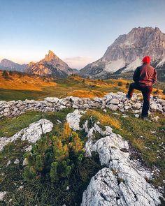 Ammirando il Sass de Stria al tramonto Passo Falzarego Dolomiti