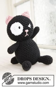 Cute crochet cat I need to make a dog and switch the eye so Bebe has a Maebull then make a yellow one with both eyes for a Nola to have as stuffed animals always