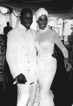 Robes de mariée de stars : Whitney Houston en 1992 avec Bobby Brown. Sympa le…