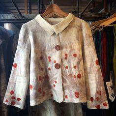 Otro modelo de chaqueta ya en la tienda. Encargue la suya, por que duran muy poco en exhibición. #lanasyfieltrosesfema #ecoprint #naturaldye #lanasyfieltrosesfema #handmade