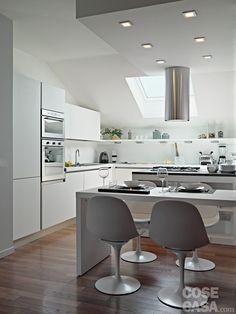 Illuminata da un lucernario, la cucina occupa uno spazioso angolo aperto sul living. #elica #venetacucina #casa #cosedicasa #arredamento #arredo #arredare #design #home #house #living #openspace #mansarda #sottotetto