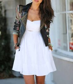 Comprar ropa de este look: https://lookastic.es/moda-mujer/looks/chaqueta-motera-de-cuero-con-adornos-negra-vestido-skater-blanco/2573 — Vestido Skater Blanco — Chaqueta Motera de Cuero con Adornos Negra