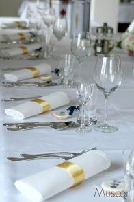 Eleganckie nakrycia na stołach weselnych z motywem art deco