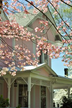 cute house hehehe looks like my favorite house from when I was itty bitty that was in Tyler, Texas.... had amazing light pink azaela flowers planted all over in the garden and a gazeebo haha