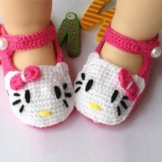 Adorable and FREE Crochet Baby Booties Patterns --> Hello Kitty Crochet Slippers Crochet Baby Blanket Beginner, Baby Girl Crochet, Crochet Baby Booties, Crochet Slippers, Crochet Sandals, Kids Slippers, Crochet Hello Kitty, Chat Hello Kitty, Hello Kitty Shoes