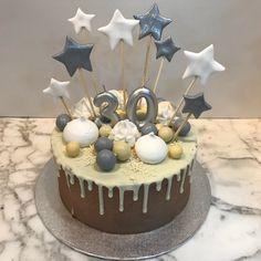 Tarta con dripp de chocolate blanco y estrellitas. Cupcakes, Chocolate Blanco, Birthday Cake, Desserts, Food, Fondant Cakes, Lolly Cake, Candy Stations, Cookies
