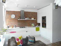 белая угловая кухня без верхних шкафов в студии