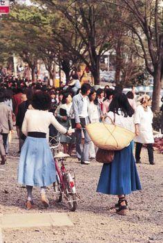 昭和49年、東京・原宿のシャンゼリーゼを歩く若者たち(1974年04月20日) 【時事通信社】