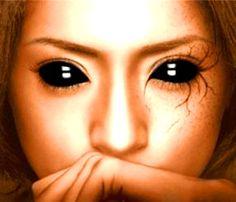 femeie cu ochi negri