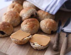 Sunne rosinboller med havregryn | Kristine Weber Stevia, A Food, Cheese, Baking, Bakken, Backen, Sweets, Pastries, Roast
