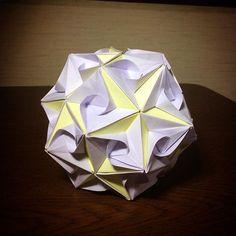 カーブ/Ⅲ型 『花まり』布施知子 Curve/Ⅲ Tomoko Fuse #tomokofuse #布施知子 #ブロックメモ #memopad #origami #paperfolding #papercraft #craft #diy #japan #japanese #hobby #折り紙 #おりがみ #紙細工 #手芸 #ペーパークラフト #趣味 #kusudama #modularorigami #unitorigami #ユニット折り紙 #くす玉