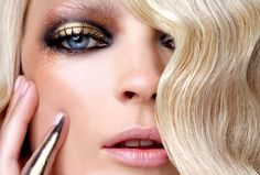 Maquiagem dourada, sexy e luxuosa.