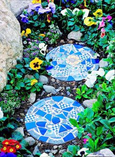 10 Garden mosaic projects- by Kathy Woodard -Our featured project above is a DIY mosaic stepping stone tutorial by Midwest Living that takes you through step by step. This is a great beginners project. Extra broken tiles, plates, or even glass can create gorgeous works of art for the garden! Follow their instructions in these tutorials and create your own DIY garden mosaic art pieces!