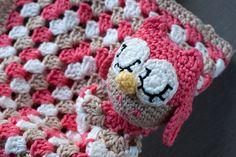 Lanukas: Manta de apego con búho amigurumi