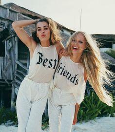 Mejores amigas usando blusas similares