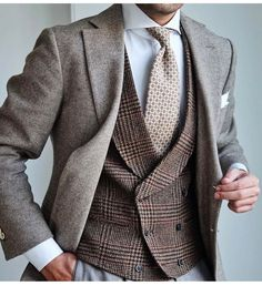 Luxury & Vintage Madrid, offers you the best selection of contemporary and vintage clothing in the world. Well Dressed Men Over 50, Classy Men, Men's Coats And Jackets, Mens Fall, Street Style, Men Street, British Style, Mens Suits, Men Dress